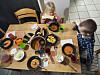KAOS: For mange familier er måltidene preget av rot og kaos, mens målet var at det skulle være en hyggelig stund. Her har kanskje foreldrene gitt opp?  Foto: Tarjei E. Krogh/Samfoto/NTB Scanpix