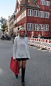 HOT MED HETTEGENSER: Det var ikke bare Celine Aagaard (bildet) som hadde pakket med seg hettegenseren da hun skulle til København for moteuken. Sjekk ut alle antrekkene lengre ned i saken og hvordan hun selv styler det avslappede plagget! Foto: Envelope.no