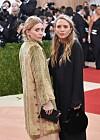 OLSEN-TVILLINGENES MENN: Ashley og Mary-Kate Olsen har ikke bare utseendet til felles. De faller også for samme type menn - og da gjerne menn som er mye eldre enn dem.  Foto: Afp