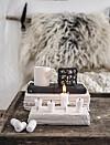 LYSSTUMPER: Blir til en kul lysestake ved hjelp av papirleire og spikere. Foto: Line Kay