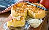 KREMFYLT EPLEKAKE MED KOKOSTOPPING: Du kan også bruke pærer i stedet for epler i denne kaken. Foto: All Over Press